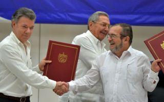 6月23日,哥国总统桑托斯(左)和革命军领导人希梅内斯(右)签署最终停火与解除武装协定,向终结半世纪内战踏出最后一步。(ADALBERTO ROQUE/AFP/Getty Images)