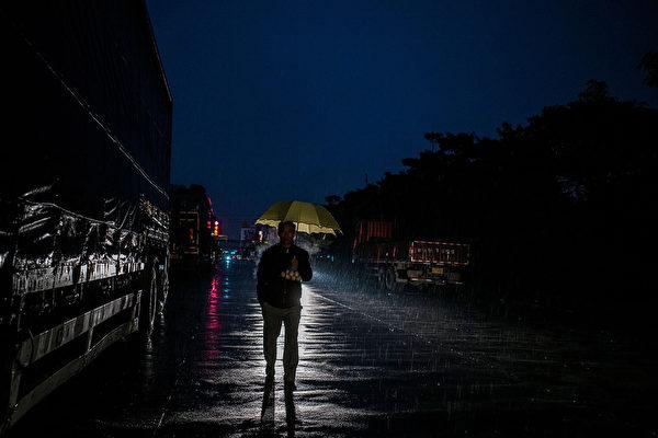 6月22日,李克强主持的国务院常务会议,就一个打破江泽民时代经济政策的议题与各部门负责人足足商议了3个多小时。图为,2016年1月26日,东莞市一个废弃的工业园外景。(Lam Yik Fei/Getty Images)