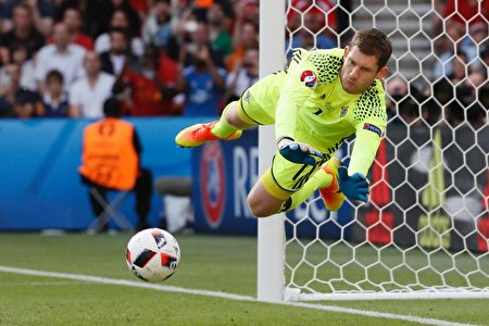 Northern Ireland's goalkeeper Michael McGovern saves a shot during the Euro 2016 round of sixteen football match Wales vs Northern Ireland, on June 25, 2016 at the Parc des Princes stadium in Paris. / AFP / Thomas SAMSON (Photo credit should read THOMAS SAMSON/AFP/Getty Images)