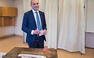 2016年6月26日,冰岛政治素人约翰尼森(Gudni Johannesson)借助反体制情绪浪潮,宣称赢得总统大选。图为25日他在总统选举投票站投票的情景。(HALLDOR KOLBEINS/AFP/Getty Images)
