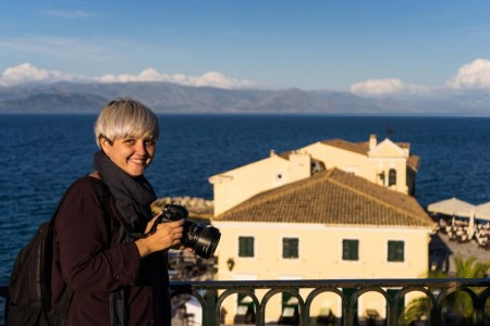 摄影师米哈埃拉‧诺洛克(Mihaela Noroc)在希腊科孚岛。(Photo courtesy of Mihaela Noroc)