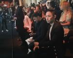 吳建豪(右一)日前受品牌設計師之邀,赴巴男裝週觀看2017春夏男裝系列時裝秀。秀場上,他遇到瑞奇‧馬丁(右二)等明星,也在同場觀秀。(環球唱片提供)