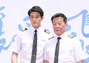 《让爱飞扬》6月27日在台北举行开镜仪式。图左起为寇家瑞、寇世勋父子。(黄宗茂/大纪元)