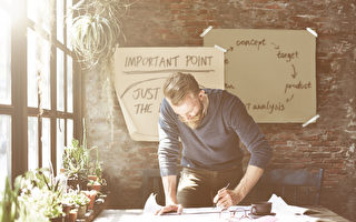 事實證明,寫下來的東西更容易被人記住並堅持執行。(Rawpixel.com/Shutterstock)