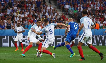 西格索尔森为冰岛队攻入反超比分的一球(图中蓝衣9号)。(Lars Baron/Getty Images)