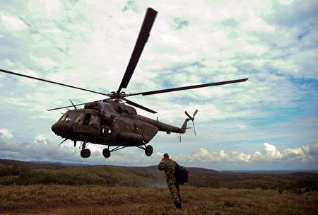 哥倫比亞軍方週一(27日)表示,一架載有17名軍人的軍用直升機日前在該國中部地區墜毀,機上人員無一生還。圖為哥倫比亞陸軍MI-17直升機。 (RAUL ARBOLEDA/AFP)