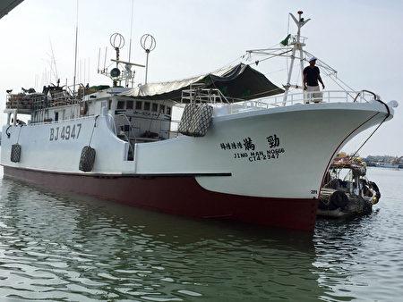台湾屏东琉球籍渔船劲满666号(CT4-2947)4月1日进索罗门Noro港卸鱼时,被当地渔业部门查获违禁的鲨鱼翅,遭函送检察署处理,琉球区渔会表示,目前仍在诉讼程序,船滞留索国。(屏东琉球区渔会提供)
