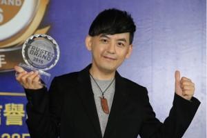 黄子佼获最受信赖电台节目主持人,出席领奖。(中央社)