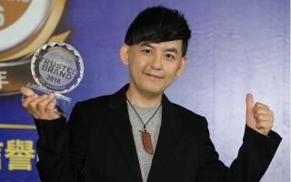 黃子佼獲最受信賴電台節目主持人,出席領獎。(中央社)
