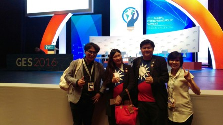师大社教系硕士郑惠如(左2)和丈夫杨博宇投入餐饮创业,并大量雇用弱势或失婚员工,获美国国务院选为全球企业高峰会代表之一,也是台湾首度有代表与会。(郑惠如提供)