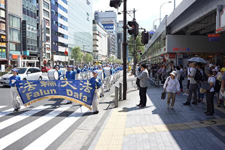日本法轮功学员在东京举行游行