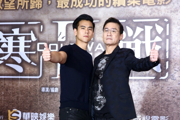 影帝梁家辉(右)期许彭于晏(左)努力未来有机会拿影帝。(爱斯达整合行销提供)