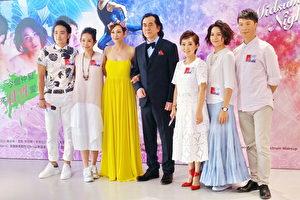 黄秋生和余安安(左三)在《仲夏夜之梦》舞台剧出演仙王仙后。(宋祥龙/大纪元)