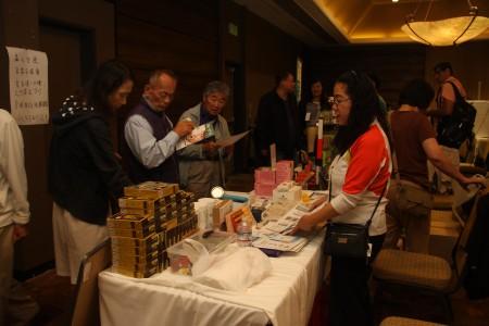 民众在咨询天源公司健康产品。(张岳/大纪元)