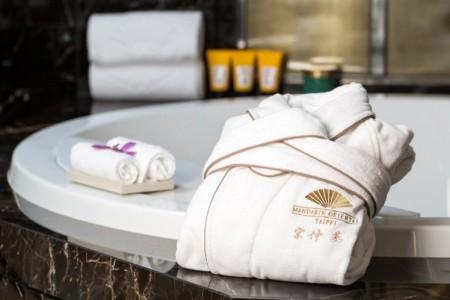 繡有宋仲基中文姓名的專屬浴袍。(台北文華東方酒店提供)