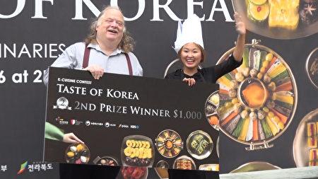 获得洛杉矶韩国美食飨宴比赛亚军,来自上海的Shuting Li小姐开心与洛杉矶知名美食评论家强纳生古德(Jonathan Gold)合影。(薛文/大纪元)
