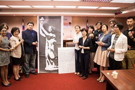 六四学运领袖吾尔开希(前排左3)与多位立委在立法院举办六四追思纪念活动。(陈柏州 /大纪元)