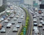 交通部高速公路局建議用路人掌握國道路況預報洞察先機、往返宜蘭搭乘客運,避免塞車、節省時間。(中央社)