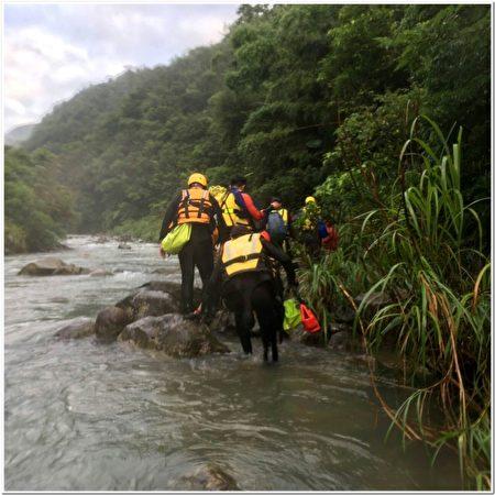 警消林人员抢救失联民众 。(宜兰消防局提供)