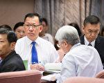 交通部长贺陈旦6日表示,桃园机场公司董事长林鹏良(后左)准辞、桃机公司总经理费鸿钧(后右)解任。(陈柏州/大纪元)