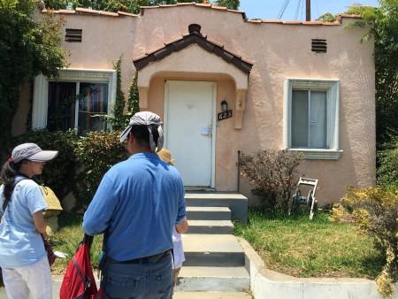 房主范先生和女儿在自己新买即被侵占的房屋前。(刘菲/大纪元)