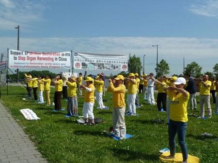二零一六年六月七日,法轮功学员在法国斯特拉斯堡欧洲议会大楼前炼功,并揭露中共迫害。(明慧网)