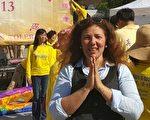 二零一六年五月十二日,玛丽亚在纽约联合广场和上万名来自世界各地的部分法轮功学员一起参加法轮大法弘传世界二十四周年的庆祝活动。(明慧网)