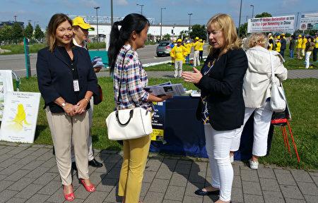 英国欧洲议会女议员Janice Atkinson和她的助理一同来到展台前表示支持。(黎平/大纪元)