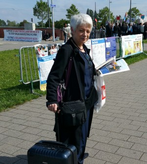 """意大利欧洲议会女议员BARBARA SPINELLI到信息台前对几位法轮功学员说:""""我支持你们,我已经签字了。""""(黎平/大纪元)"""
