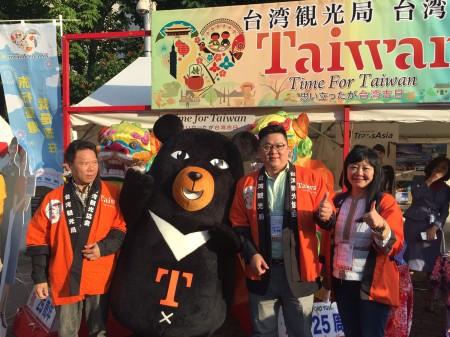 交通部觀光局副局長劉喜臨率團參加為期5天的日本北海道名夏季街舞慶典索朗祭。交通部觀光局代言人「喔熊」組長也大展身手,增進台日觀光熱度。(觀光局提供)