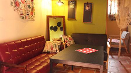 金门女孩许冉俪利用古厝既有格局,打造5个房间和一个开放空间;餐桌、沙发和摆饰主要购自老东家,提供餐点的同时也在展示家具。(中央社)