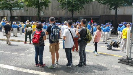 中国留学生观看法轮功游行队伍。(黎平/大纪元)