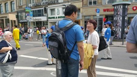 法輪功學員沿路散發真相資料 (黎平/大紀元)