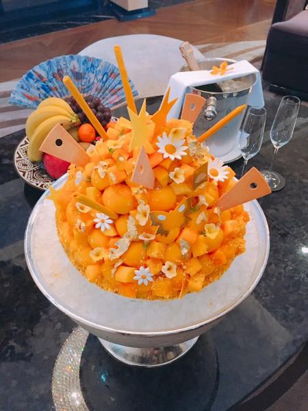 飯店也準備重達8公斤的巨無霸芒果剉冰和各式台灣水果,讓宋仲基感受台灣滿滿人情味。 (台北文華東方酒店提供)