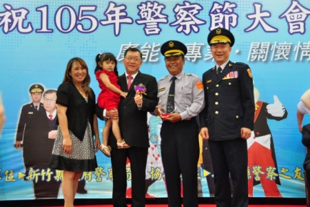受表扬的优秀警员和家属一起合照乐开怀。(赖月贵/大纪元)