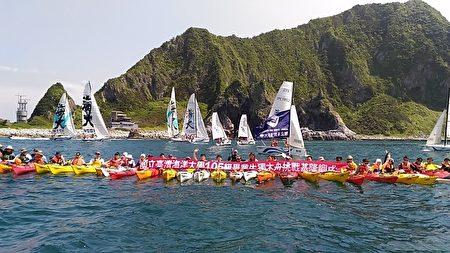 國立臺灣海洋大學由畢業生開帆船、划獨木舟挑戰基隆嶼,完成一場充滿海洋特色的畢業典禮。(海大提供)