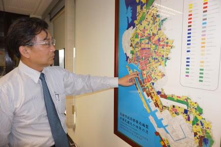 """在大高雄区域图上,高雄市建筑师公会理事长麦仁华以手势擘划并分享观点称""""未来20年将是转型契机。""""(李怡欣/大纪元)"""