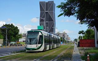 高雄轻轨26日再增4站加入营运,捷运局进行高密度的驾驶磨合测试。(李怡欣/大纪元)