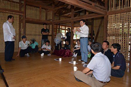 立委刘櫂豪(右立者)和文化部政务次长杨子葆(左立者)26日在台东市民权里首栋修复的日式建筑内讨论历史建筑活化方案。(刘櫂豪服务处提供)