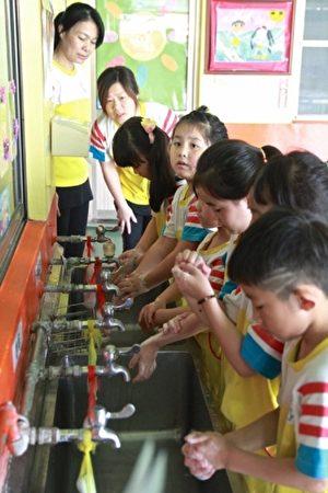 落实幼儿正确洗手5步骤:湿、搓、冲、捧、擦,远离肠病毒。(许享富/大纪元)