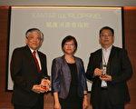 凯度消费者指数总经理王晓娟(中)颁奖给义美总经理高志明(左)与全家商品本部黄君毅本部长(右)。(凯度消费者指数提供)