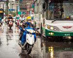 7月起多项交通新制上路,其中机车轮胎胎纹深度纳入检测项目。(陈柏州/大纪元)