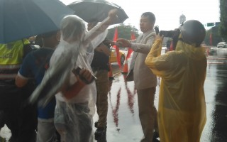 中國民運人士唐柏橋(右2)29日到總統府前觀光,遭遇愛國同心會成員騷擾。(新唐人電視台提供)