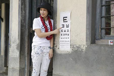 关咏荷为住在偏远地区的孩子验眼。(RSVP Communications Ltd 提供)