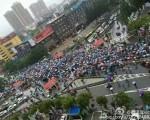 6月27日,湖北潜江市、湖南长沙市宁乡县两地数万名民众集会游行,聚集在当地政府前分别抗议建农药厂与垃圾焚烧厂。图为潜江抗议现场。(网络图片)