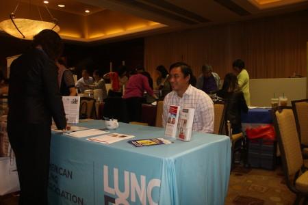美国肺部协会向民众介绍相关知识。(张岳/大纪元)