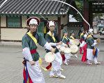 6月9日,韩国首尔南山韩屋村举行端午节庆典千名中国游客体验韩国传统文化与习俗。图为农乐舞。(全景林/大纪元)
