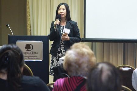 健康保险顾问Cindy Xie在做演讲。(张岳/大纪元)
