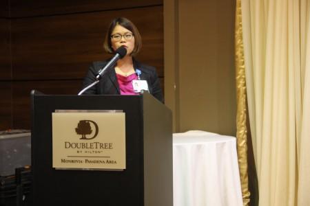 加大洛杉矶分校医学中心Deborah Wong博士在做关于肺癌的讲座。(张岳/大纪元)
