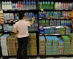 英国卡迪夫大学的调查发现,很多儿童经常喝运动饮料,因而助长肥胖与蛀牙的风险。图为台北一家超市工作人员正在检查运动饮料。(SAM YEH/AFP/Getty Images)